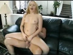 Для молодой блондинки минет и домашний секс завершился окончанием внутрь