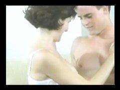 Брюнетка предпочитает начинать домашний секс с минета для лучшего возбуждения парня