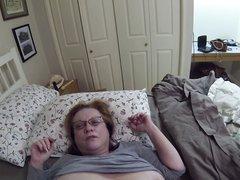Крупный план лизания зрелой киски интеллигентной толстухи в домашнем порно