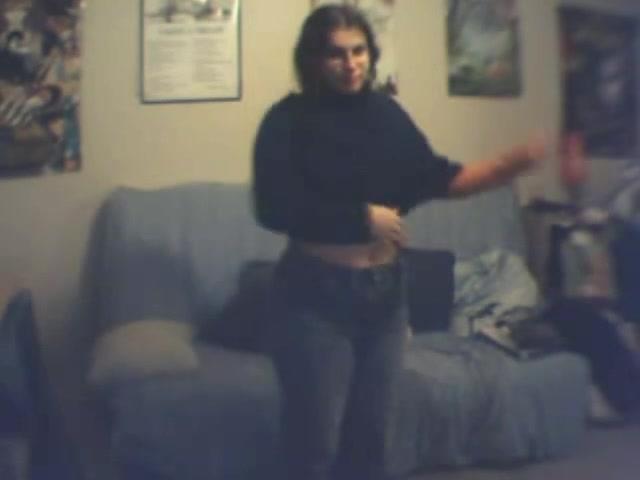Грудастая и упитанная британка в любительском видео разделась и дрочит клитор