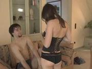 Сладкая молодуха в нижнем белье жаждет домашнего секса на радость поклонника