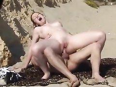 Одинокая туристка наслаждается на пляже анальным сексом с местным парнем