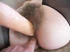 Шлюха в чулках перед домашним сексом трахает волосатую киску вибратором