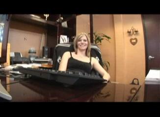 Секретарша в любительском порно обслужила главного заместителя босса