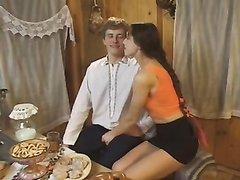 Поклонник лижет клитор зрелой домохозяйке в домашнем видео и трахает развратницу