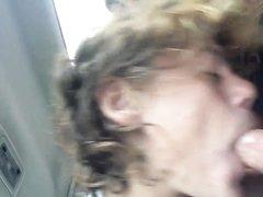 В салоне машины в любительском видео голодная пассажирка сосёт член с окончанием в рот