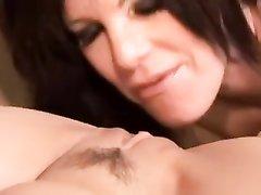Татуированная зрелая дама в лесбийском видео лижется с молодой поклонницей