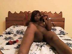 В постели негритянка в любительском видео мастурбирует шоколадную киску