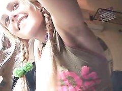 Вертлявая молодая блондинка в домашнем порно энергично трахается в бритую щель