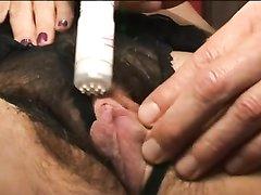 После домашнего секса волосатая щель зрелой и грудастой женщины облита спермой