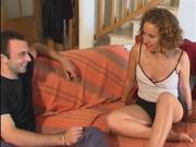 Кудрявая проститутка в домашнем видео развлекается с двумя партнёрами