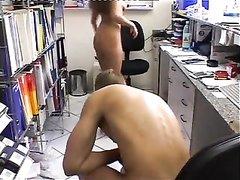 Продавщица в анальном любительском видео трахается в попу с покупателем
