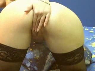 Шлюха в нижнем белье и чулочках в любительском порно дрочит на вебкамеру