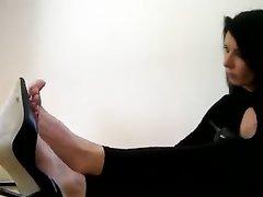 Лучшее любительское порно на тему фут фетиш от зрелой брюнетки с красивыми ступнями