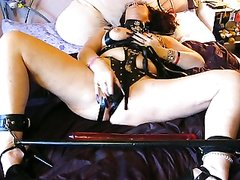 Скованная зрелая дама в любительском порно с БДСМ дрочит киску фаллосом