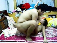 Китайская влюблённая пара встретилась в постели для любительского секса