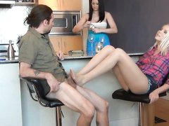 Собственному мужу на видео брюнетка предложила фут фетиш от подруги блондинки