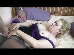 Кудрявая зрелая толстуха в групповом домашнем видео играет роль проститутки