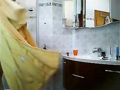 Домашнее видео со скрытой камеры с голой красоткой убирающейся в ванной