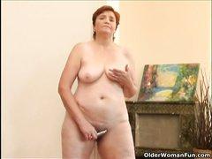 Для видео с домашней мастурбацией зрелая и рыжая дама дрочит волосатую щель