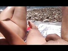 Любительница шалить благодаря большим сиськам нашла парня для секса на пляже