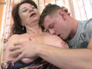 Встреча молодого хахаля и зрелой пышки состоялась ради любительского секса