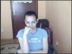 Сняв трусики молодуха на вебкамеру онлайн мастурбирует бритую киску пальчиками