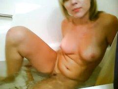 Для домашней мастурбации киски в ванной блондинка купила секс игрушку