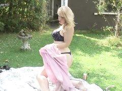 На природе снято видео со сладкой и зрелой любительницей мастурбировать клитор