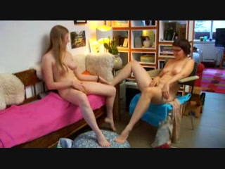 Женщины на видео увлеклись любительской мастурбацией для сквиртинга