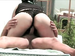 Не снимая трусиков толстуха в любительском порно оседлала парня на скрытую камеру