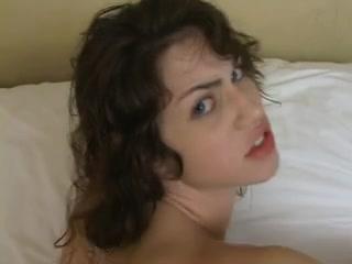 Худая туристка в гостинице снялась в домашнем порно с умелым партнёром