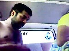 Индийская пара захотев любительского секса спокойно трахается в салоне авто