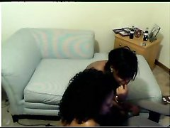 Шаловливые и худые негритянки онлайн перед вебкамерой показывают голые тела