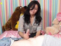 Приветливая молодая гостья в домашнем порно мастурбирует зрелый член