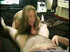 Волосатый мужик в домашнем порно в постели трахает в рот зрелую проститутку