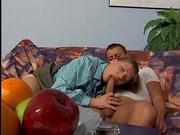 На диване молодой хахаль и зрелая интеллигентка в чулках балдеют от любительского секса