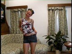 Кавалер в немецком домашнем видео трахает зрелую даму с маленькими сиськами