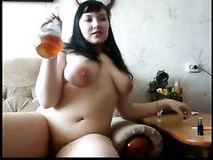 Курящая русская толстуха в порно пьёт напиток и мастурбирует молодую киску