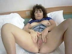 Лучшее порно со зрелой и грудастой женщиной, показывающей сочную киску