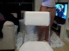 В любительском видео блондинка без трусиков показывает дырочку по вебкамере