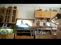 Домохозяйка гладит бельё онлайн перед вебкамерой с показом возбуждённых дырок