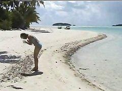 Сняв голубое нижнее бельё красотка с волосатой дыркой на пляже позирует для видео