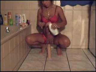 Огромная секс игрушка в ванной помогает зрелой даме в нижнем белье кончить
