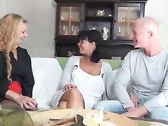 В групповом любительском порно две зрелые дамы шалят с общим поклонником