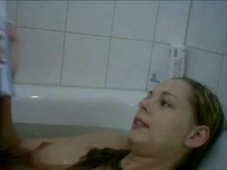 Красотка с косой для мастурбации в любительском видео использует зубную щётку
