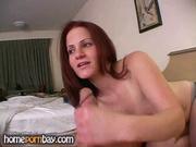 В гостях зрелая любовница с обвисшими сиськами для видео мастурбирует член
