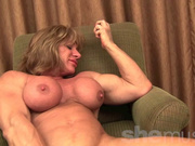 Мускулистая зрелая спортсменка в соло сцене разделась для порно и позирует
