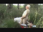 В поле в ретро порно зрелый мужлан поставил на карачки стонущую партнёршу