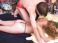 Кудрявая красотка с волосатой киской делая массаж рассчитывала на любительский секс